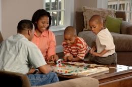 Bermain Bersama Keluarga (Unsplash)