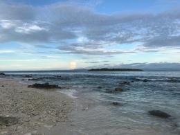 Pulau-pulau kecil sekitar menjadi pemandangan indah saat petang menjelang/Dokpri