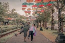 Saya dan suami menikmati keindahan Borobudur (Dok.Pri)