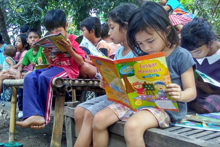 Mengajak anak-anak senang membaca di era ketika bermain game di gawai menjadi kesenangan baru, tidakmulah mudah. Namun, bukan berarti tidak bisa. Selamat Hari Buku Nasional/Foto: https://regional.kompas.com/