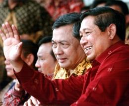 Mendampingi Presiden RI ke-6 Prof. Dr. H. Soesilo Bambang Yudhoyono pada sebuah acara (Dokpri)
