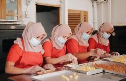 Aktivitas produksi di Diah Cookies di masa pandemi yang terus berjalan. foto: dok/diah cookies