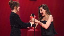 Elizabeth Olsen dan Kathryn Hahn sama-sama mendapatkan piala. Sumber : NBC Los Angeles