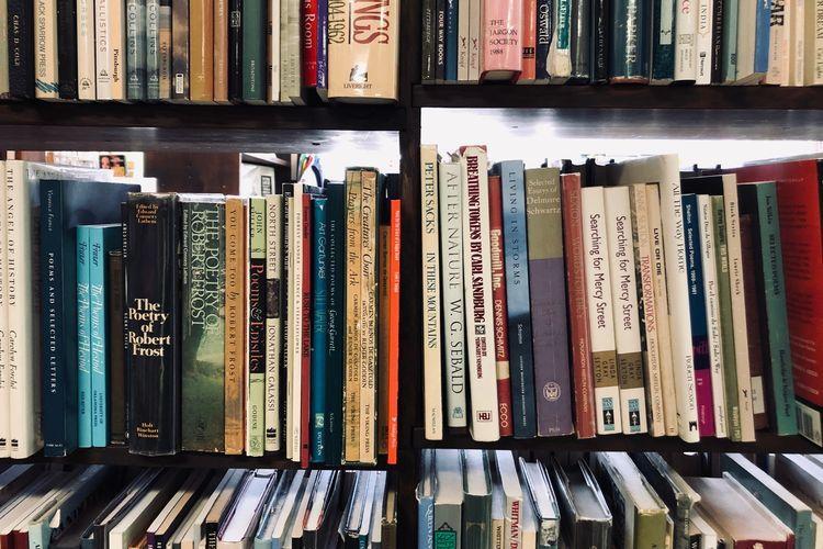 Ilustrasi Puisi: Buku, nasibmu kini (Kompas.com)