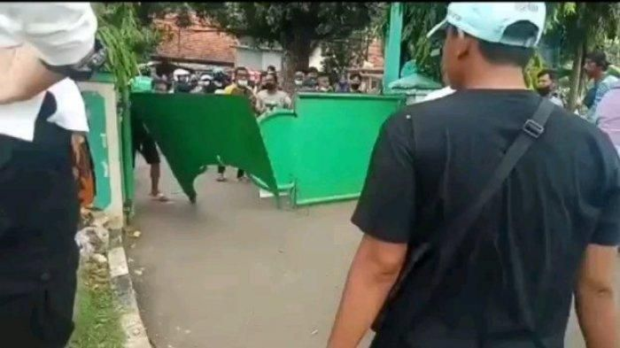 ketika warga ngamuk tidak diperbolehkan ziarah kubur (tribunnews.com)