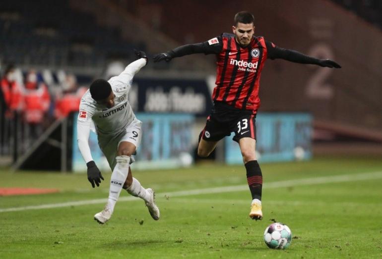 Leon Bailey (kiri) vs Andre Silva (kanan). (via taiwannews.com.tw)