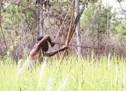 Foto : Seorang Warga Suku Kanum Sedang Melakukan Kegiatan Berburu (Sumber : dokpri/AbdelSyah