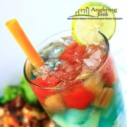 Tidak hanya nasinya yang berwarna warni, akan tetapi minumnya juga sangat cantik / twitter.com/ajentik