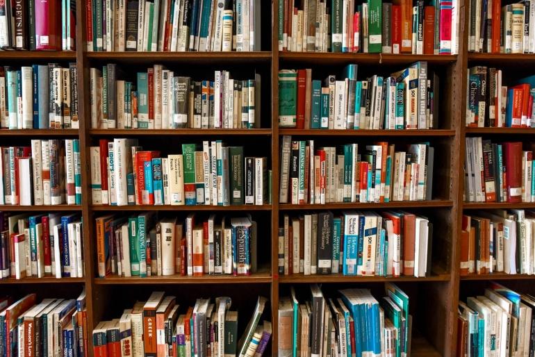 Rekomendasi toko buku murah dan ori yang bisa ditemukan di market place.   pexels