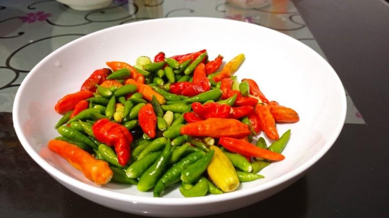 Cabai rawit hijau dan cabai rawit merah merupakan makanan penambah rasa pedas (Foto: Dokumen Pribadi).