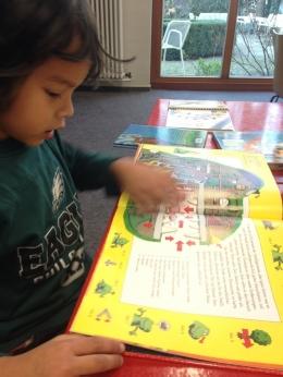Anak bisa membaca atau melihat gambar secara mandiri. (koleksi pribadi)