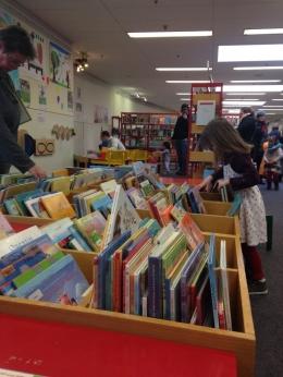 Pemandangan wadah buku anak. Dirancang mudah bagi anak mengambil dan menaruh buku. (koleksi pribadi)
