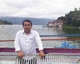 Saya dan latarbelakang pemandangan Danau Toba (Foto: Istimewa)