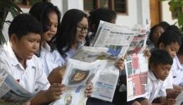 Siswa SMP Kristen 3 Margoyudan Solo sedang membaca koran bersama   Foto diambil dari Solopos/Ivanovich Adino