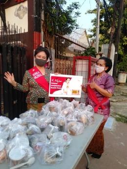 Bagikan Takjil untuk Masyarakat yang Melintas di Jalan Raya Matraman (Sumber: Bunda Milenial)