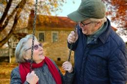 Ilustrasi hubungan yang langgeng, menua bersama dengan bahagia (sumber gambar oleh Claudia Peters dari Pixabay)