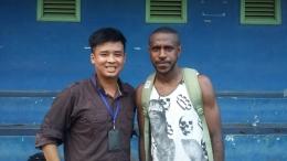 Bekerja sebagai reporter bisa bertemu dengan atlet idola seperti Boaz Solossa, striker Persipura Jayapura (Foto: Dokumen Pribadi).