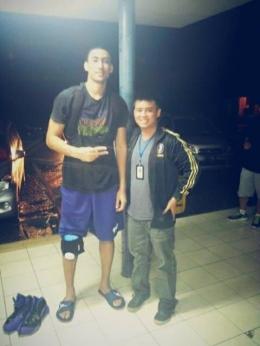Usai pertandingan terakhir, saya sempat foto dengan legenda Satria Muda Jakarta, Christian Ronaldo Sitepu (Foto: Dokumen Pribadi).