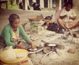 Ibu - ibu yang sementara membuat Aka Bilan di Pasar Lolowa Atambua (dok. pribadi)