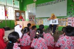 Ilustrasi guru bercerita di depan kelas, Sumber gambar: INOVASI