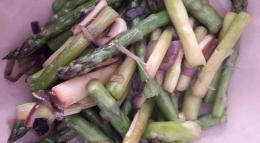 Tumis asparagus hijau dan lila. Foto von Iin Assenheimer