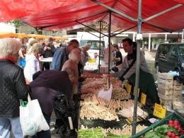 membeli asparagus di Wochenmarkt (foto von Bruchsal Erleben FB)