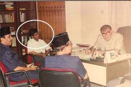 Saya (lingkaran) bersama pengurus DMI di kantor Dubes Palestina (foto dok pribadi)