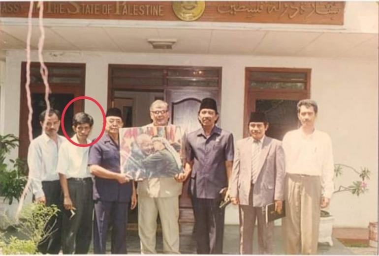 Bersama Dubes Palestina Rihby Awad saat silaturrahmi dengan pengurus DMI. Saya ikut meliput di foto yang dilingkari (foto dok pribadi)