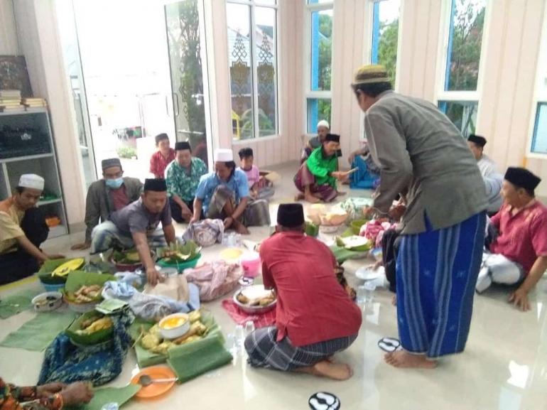 Selamatan lebaran ketupat di sebuah mushollah. (IH)