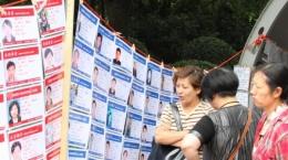 Ilustrasi orangtua lihat CV yang ditempel di Shanghai Marriage Market China.| Sumber: hnlove.com via travel.tribunnews.com