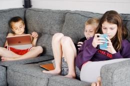 Ilustrasi anak bermain gadget (Pexels)