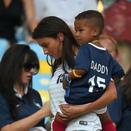 Pesona Ludivine Kadri dan Buah Hatinya pada Piala Dunia 2014 | AFP PHOTO/FRANCK FIFE