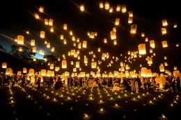Pelepasan Lampion di hari raya Waisak (Sumber: snapshot.canon-asia.com/)