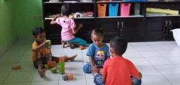 Sang anak sedang bermain di Rumah Baca Sukacita - Ende. Foto: Ermelinda