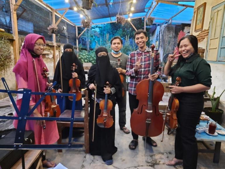 Foto bersama setelah Praktik Bermain Alat Musik Klasik Gesek-Dokpri