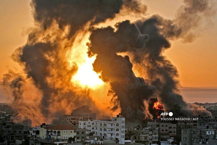 Kebakaran di Khan Yunish menyusul serangan udara Israel terhadap sasaran di Jalur Gaza Selatan, pada Rabu pagi (12/5/2021).(Foto dan kredit foto: Kompas.com/AFP PHOTO/YOUSSEF MASSOUD)