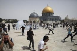 Ilustrasi bentrokan di area Masjid Al Aqsa seusai salat Jumat, 21 Mei 2021 (sumber AP PHOTO/MAHMOUD ILLEAN via kompas.com)