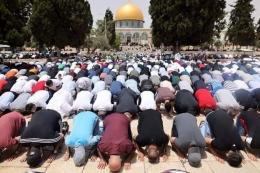 Ilustrasi sebelum bentrokan, warga melaksanakan salat Jumat di Masjid Al Aqsa, 21 Mei 2021 (sumber bbc.com)