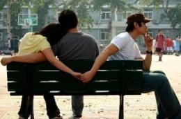 ILUSTRASI : Tampak seorang perempuan dalam pelukan suaminya yang masih menggandeng lelaki lain. Sungguh tak terpuji perempuan itu. Sumber Foto : www.intisari.grid.id
