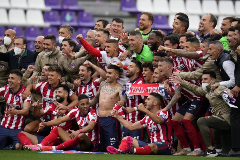 Atletico Madrid merayakan gelar juara Laliga 2020/2021. (via marca.com)
