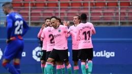 Pemain Barcelona merayakan gol ke gawang Eibar. (via Getty Images)