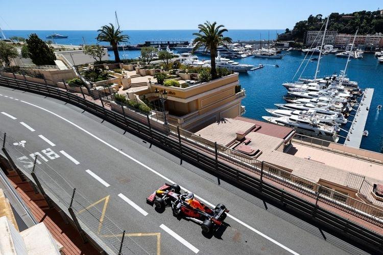 Pebalap Red Bull, Max Verstappen, memacu mobilnya pada sesi free practice GP Monaco pada 20 Mei 2021. (Foto: AFP/VALERY HACHE via KOMPAS.COM)