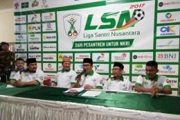 Jumpa pers Ridwan Kamil bersama penyelenggara Liga Santri Nusantara (LSN) di GOR Pajajaran, Senin (23/10/2017) malam. (Foto: KOMPAS.COM/DENDI RAMDHANI)