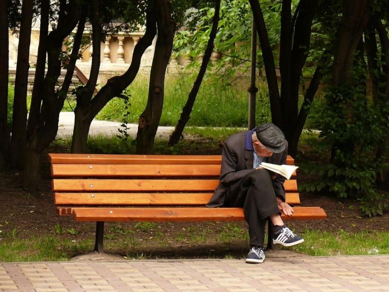 Seorang Kakek Membaca (Sumber Gambar: https://www.pinterest.com/)