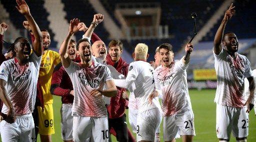 Pemain AC Milan merayakan lolos ke Liga Champions Eropa. (via dhakatribune.com)