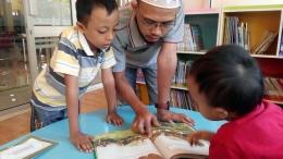 Membaca buku bersama dapat membangun idan kepercayaan diri pada anak. (Foto: dok. pri)