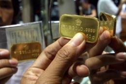 Logam mulia emas batangan dijual di toko emas.(KOMPAS/LASTI KURNIA)