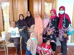 Dokumen pribadi bersama keluarga Mak Ruri di rumah pribadi