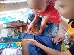 Membaca buku lewat aplikasi di gawai, cara baru membangkitkan minat baca anak. (Foto: dok. pri)