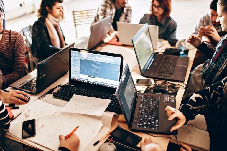 Ilustrasi pekerja sedang menajalankan tugas dan kewajibannya bagi perusahaan (Pexels)